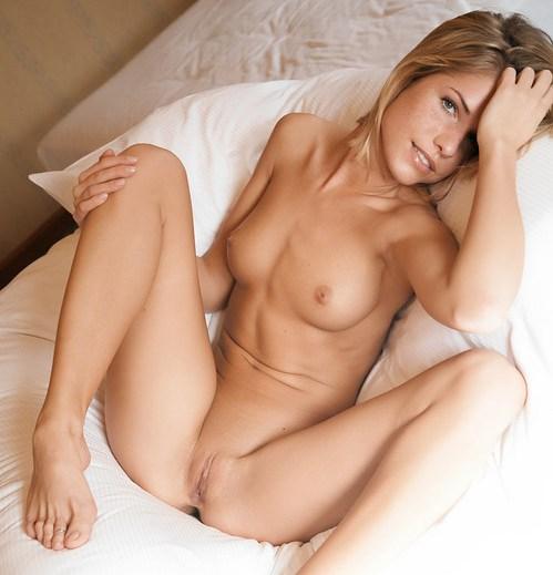 eine-blonde-schlampe-macht-auf-dem-nacktfoto-die-beine-breit
